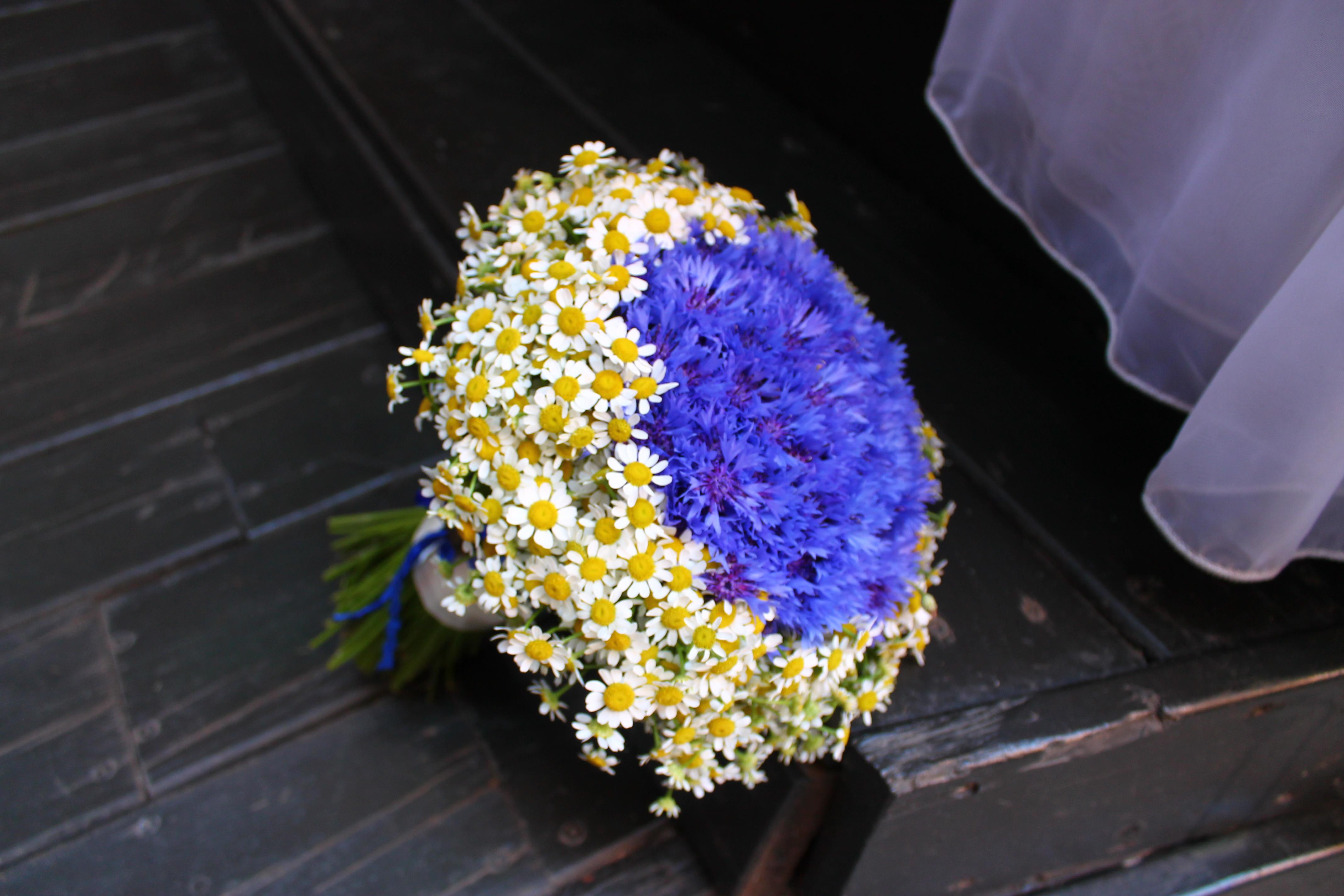 Свадебный букет из ромашек и васильков