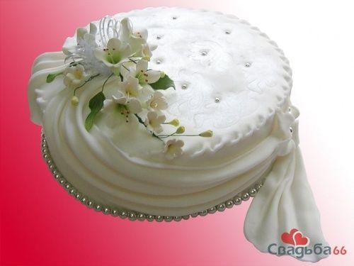 Одноярусный белый свадебный торт, украшенный цветами и бусинами. - фото 17 simik