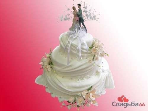 Многоярусный белый свадебный торт, украшенный цветами и фигурами жениха и невесты. - фото 18 simik