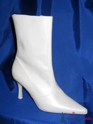 Белые сапоги на свадьбу с удлиненным носом на невысоком каблуке.
