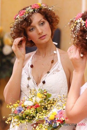 Образ невесты в стиле рустик. Прическа невесты для коротких волос с цветочным венком. - фото 105 Невеста01