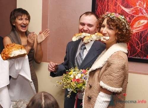 Жених и невеста откусывают каравай. - фото 99 Невеста01