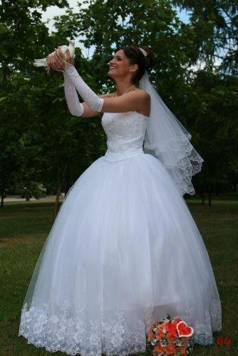 Невеста в белом пышном платье с корсетом на фотосессии.