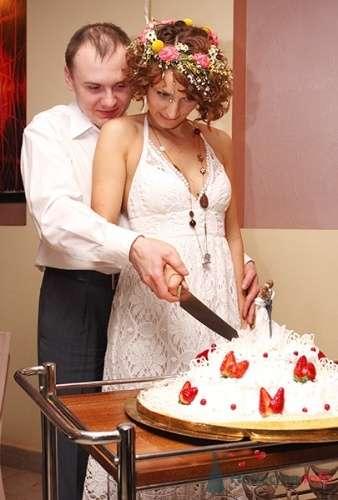 Жених и невеста разрезают свадебный торт. - фото 106 Невеста01