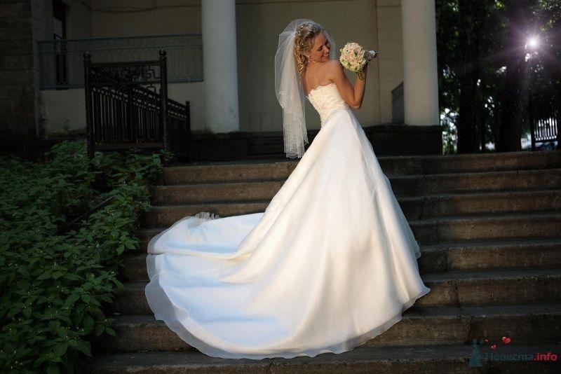 Невеста в белом длинном платье стоит на ступеньках - фото 36563 РАДОСТЬ