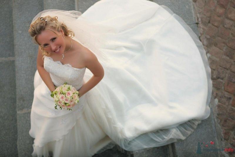 Невеста в белом длинном платье стоит на улице - фото 36579 РАДОСТЬ