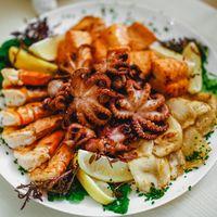 Рыбное ассорти гриль (семга, кальмар, креветки, осьминоги)