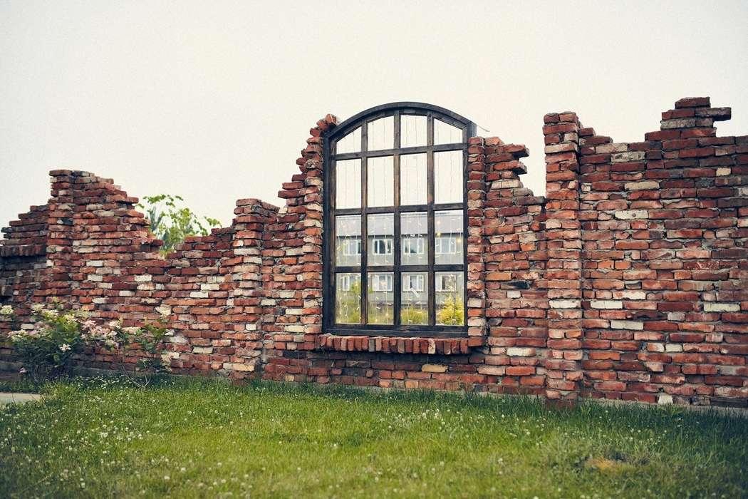 """Разрушенная стена. Выездная церемония за городом у озера. Загородная свадебная площадка Ранчо. - фото 19767649 Свадебная площадка """"Ранчо"""""""