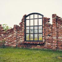 Разрушенная стена. Выездная церемония за городом у озера. Загородная свадебная площадка Ранчо.