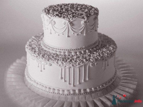 Двухъярусный свадебный торт,в белой мастике, украшенный съедобным