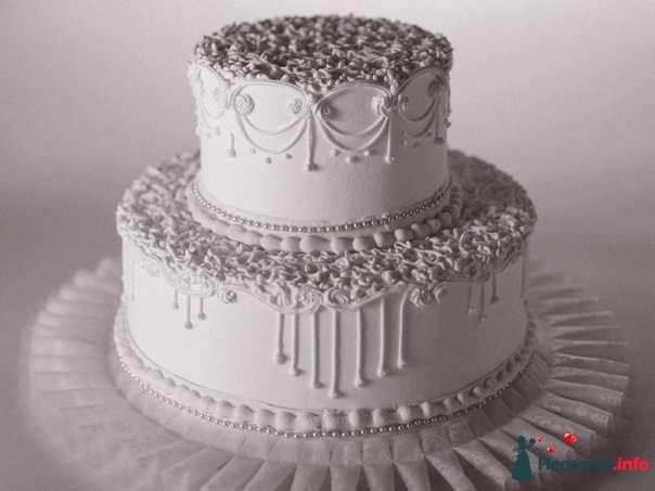 Двухъярусный свадебный торт,в белой мастике, украшенный съедобным жемчугом   - фото 114161 Lustra