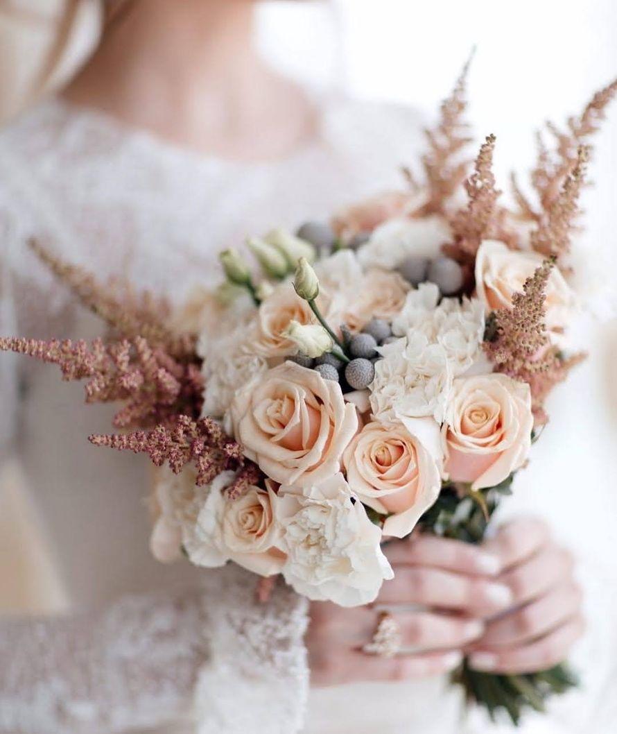 Букет невесты с розами и гвоздиками