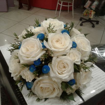 Бело-синий букет невесты