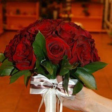 Бордовый букет невесты из роз