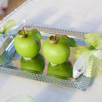 Два яблока с кольцами на яблочной свадьбе Саши И Юли