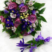 Лиловые розы с синими ирисами... сделают образ невесты ярким, не забывающимся.....