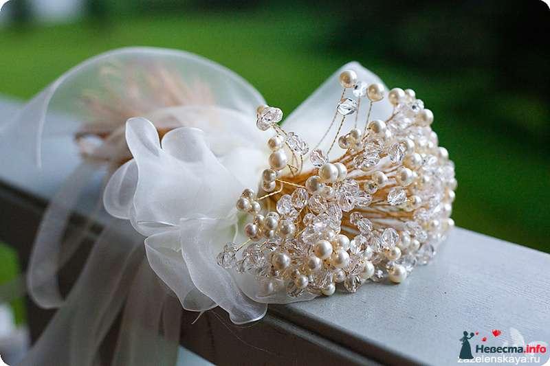 Букет невесты из золотой проволоки, белых и стеклянных бусин, декорированный белым прозрачным бантом  - фото 108606 Shuga