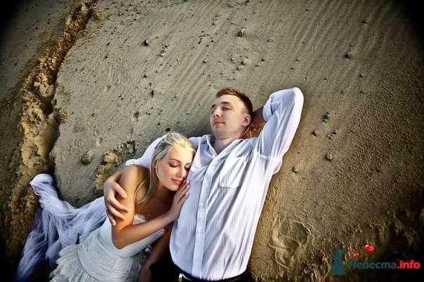 Жених и невеста лежат, прислонившись друг к другу, на песке - фото 84056 Tysya2000
