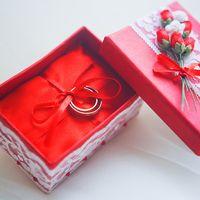 Красная коробочка для колец с белым кружевом
