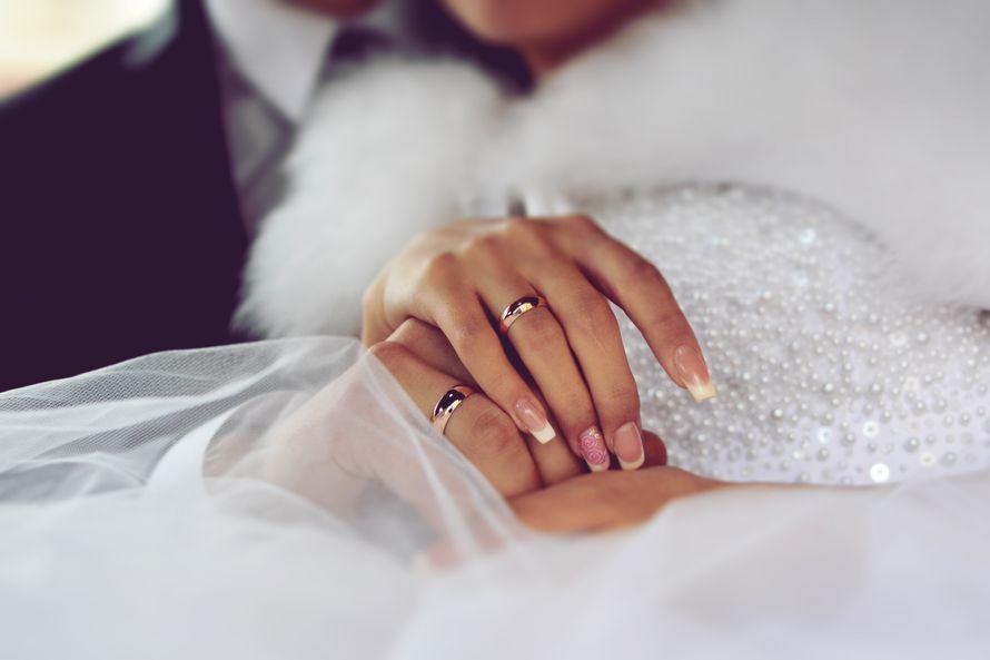 Обручальные кольца, выполненные в классическом стиле, на руках молодоженов. - фото 583065 Фотограф Диана Тагирова