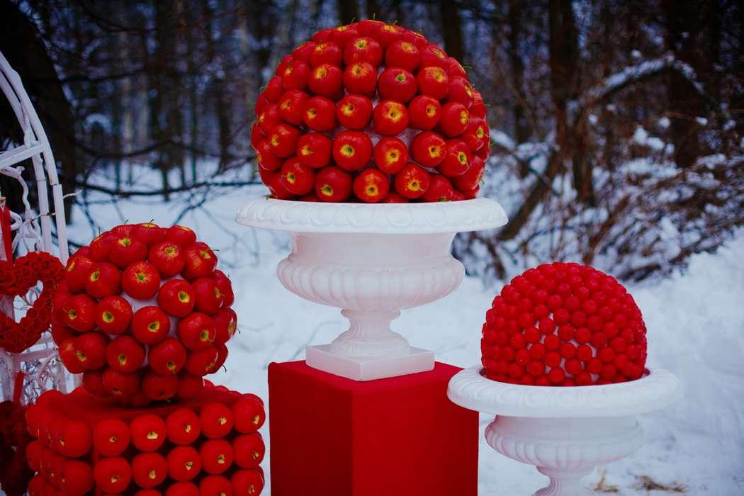 На фоне заснеженного леса стоят красная коробка, белые вазы с красными шарами из яблок - фото 1351491 Студия Фотографа Екатерины Алёшинской