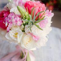 Букет невесты из белых роз и розовых тюльпанов
