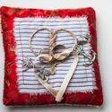Красная подушечка для колец Алины и Жени в морском стиле