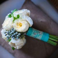 Букет из роз Дэвида Остина, серых ягод брунии и мятой с лентой в тон
