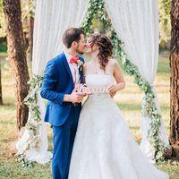 Свадебная арка на каркасе с зеленью в стиле элегантный рустик