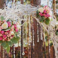 Арка из лозы с композициями из живых цветов и стеклярусом