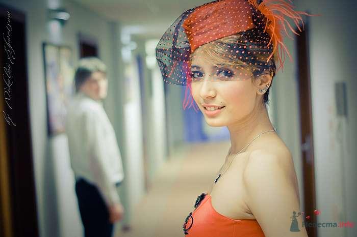Причёску невесты украсила оранжевая шляпка-вуалетка с чёрной вуалью в оранжевый горошек и декорирована оранжевыми перьями страуса - фото 78859 Фотограф Швецов Николай