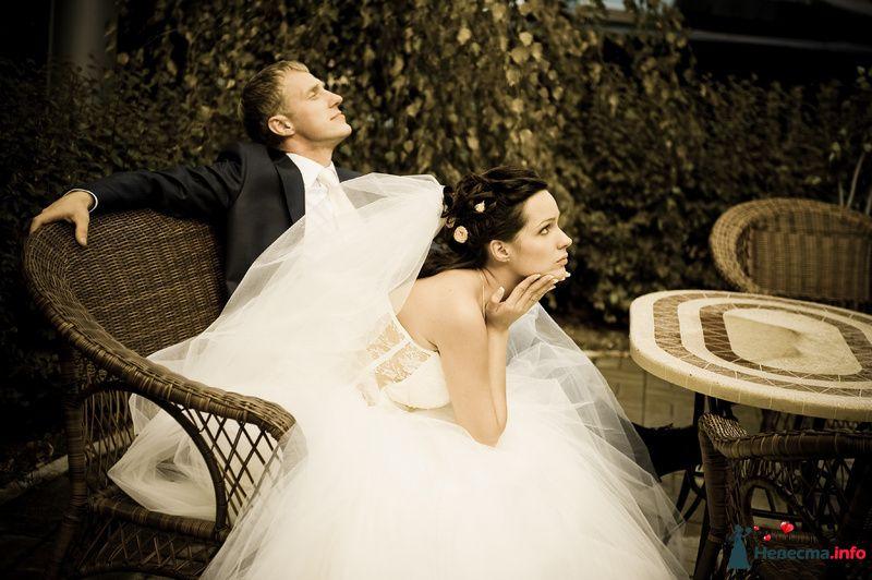 Жених и невеста сидят за столиком в парке - фото 80669 Фотограф Неукрытый Валерий