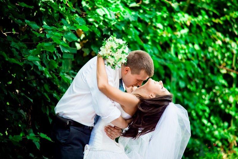Жених и невеста стоят, прислонившись друг к другу, возле зеленых - фото 54352 Anjuta