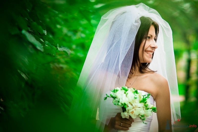 Невеста с букетом белых цветов стоит в лесу - фото 54354 Anjuta