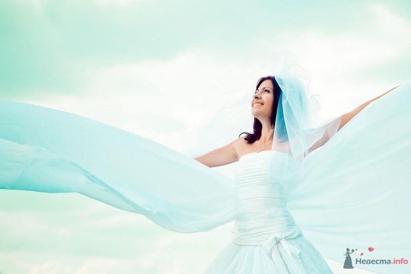 Невеста в белом платье стоит на фоне облачного неба - фото 54378 Anjuta