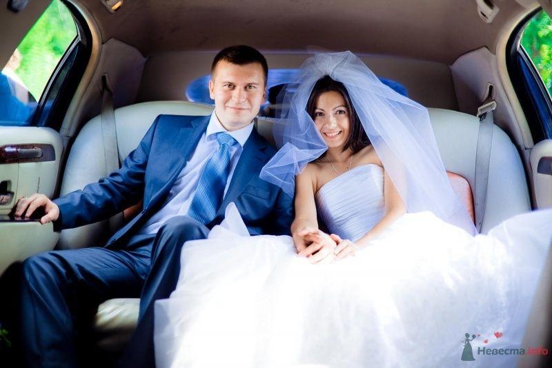 Жених и невеста сидят, прислонившись друг к другу, на белом диване - фото 54388 Anjuta