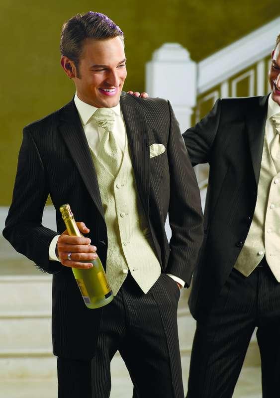 """Классический черный  костюм жениха """"тройка"""" с салатовой жилеткой, белой рубашкой, салатовым шейным платком и салатовым платком в - фото 622611 Салон свадебной и вечерней моды """"Barsonini"""""""
