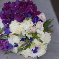 Сиренево-белый букет невесты из фрезий, ирисов и гортензий