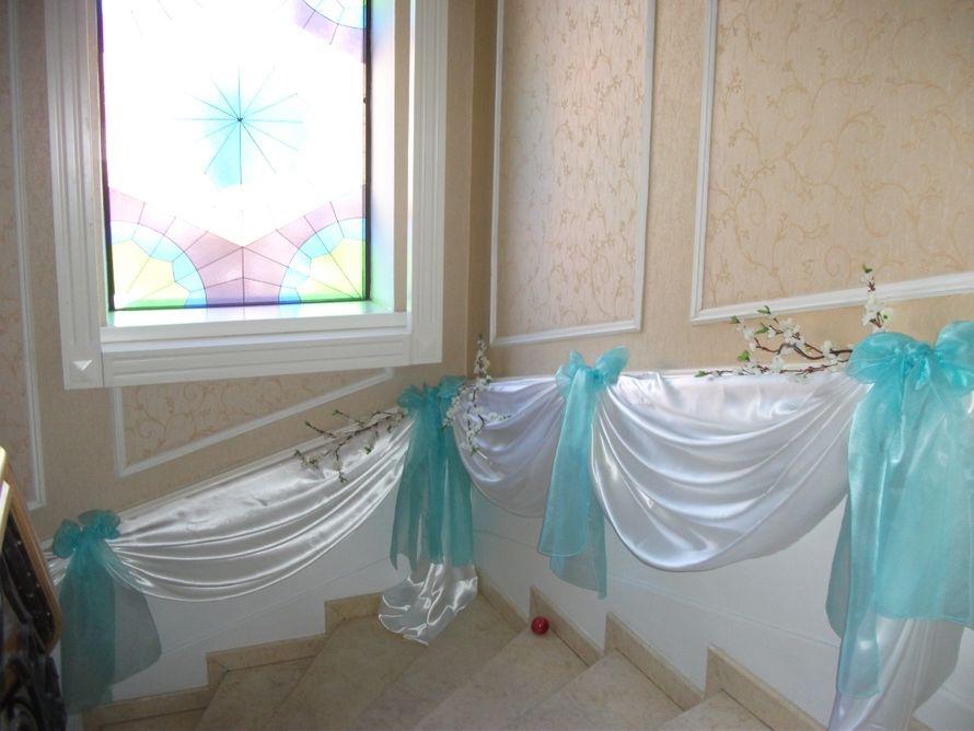 """оформление лестницы с бантами """"тифани"""" и сакурой - фото 805533 Свадебное агентство """"Кураж"""""""