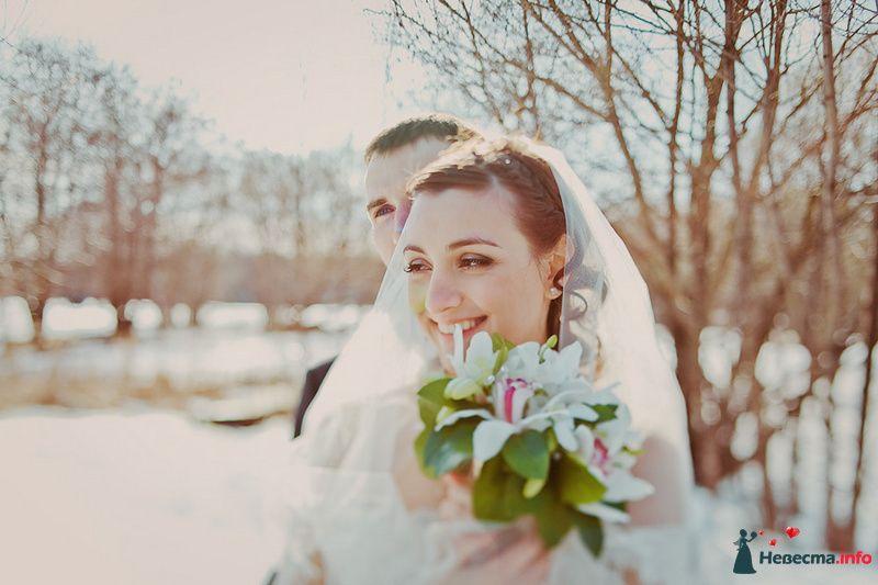 Жених и невеста, прислонившись друг к другу, стоят на фоне поля и - фото 86709 Свадебный фотограф. Татьяна Гаранина