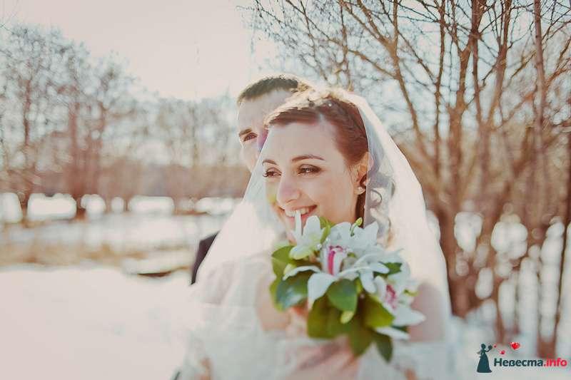 Жених и невеста, прислонившись друг к другу, стоят на фоне поля и деревьев - фото 86709 Свадебный фотограф. Татьяна Гаранина
