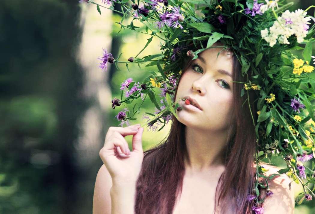 Романтический образ невесты выражен в прическе из распущенных длинных локонов спадающих на плечи с венком из полевых цветов - фото 626978 Milanna fotostudio