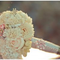 Букет невесты из розовых роз, белых астр и гортензий