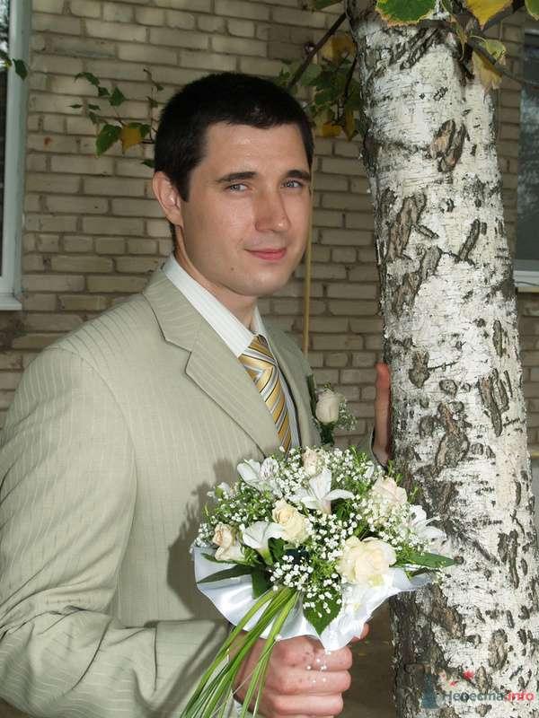 Светло-зеленый  классический костюм тройка с полосатым бежево-зеленым галстуком и белой бутоньеркой в петлице пиджака - фото 72867 Ольгица