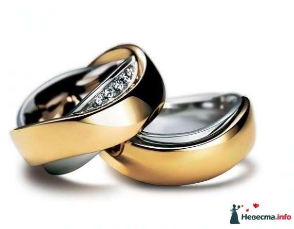 Обручальные кольца из белого и желтого золота с драгоценными камнями, на белом фоне. - фото 95198 =-Chimaira-=