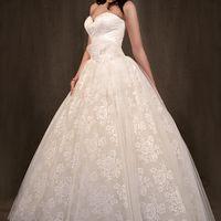Свадебное платье, для ценительниц дорогих тканей, выполнено с самого нежного гипюра. Красиво подчёркивает линию груди и талию.Украшено цветком ручной работы, в центре которого нежно выблескивает камушек Swarovskі