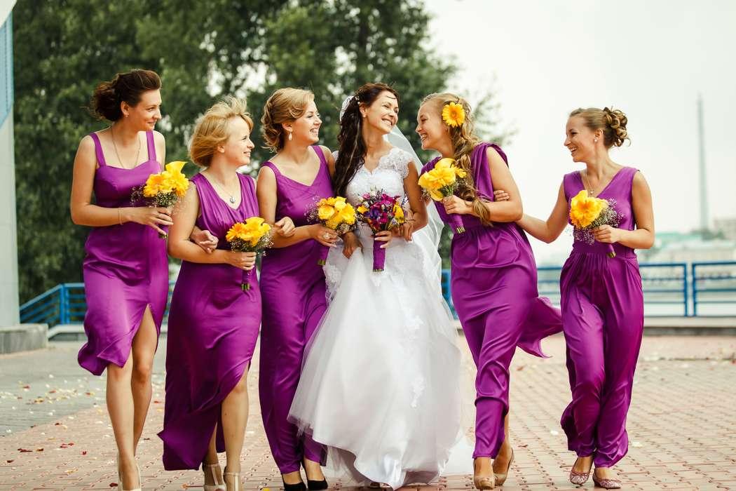 Невеста в длинном белом платье с гипюром, фатой,  желто-лиловым букетом и подружки в длинных и платьях миди с разрезом лилового - фото 2659699 Фотограф Журавлёв Владимир
