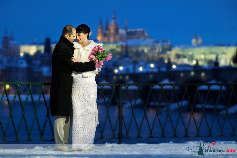 Жених и невеста, прислонившись друг к другу, стоят на фоне зданий - фото 90518 Nevesta-ly