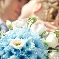 Бело-голубой букет невесты из эустом и астр