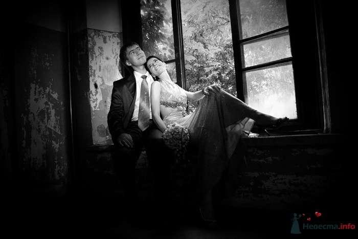 Жених и невеста сидят, прислонившись друг к другу, на подоконнике - фото 75449 Невеста01